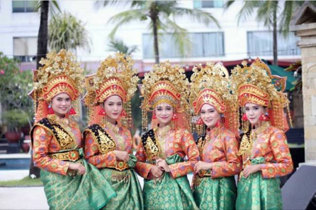 EKSKUL TARI TRADISIONAL DAN MODERN DANCE