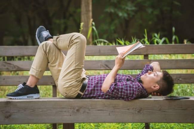 (Literasi Kelas X) Nyaman, Sih, Tapi Ini Bahayanya Jika Membaca Sambil Tiduran