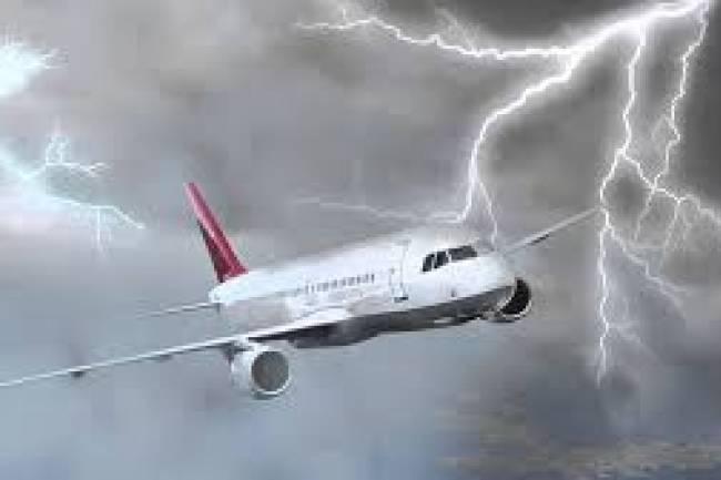 (Literasi Kelas XI) Apa yang Akan Terjadi Jika Pesawat Tersambar Petir saat Terbang?