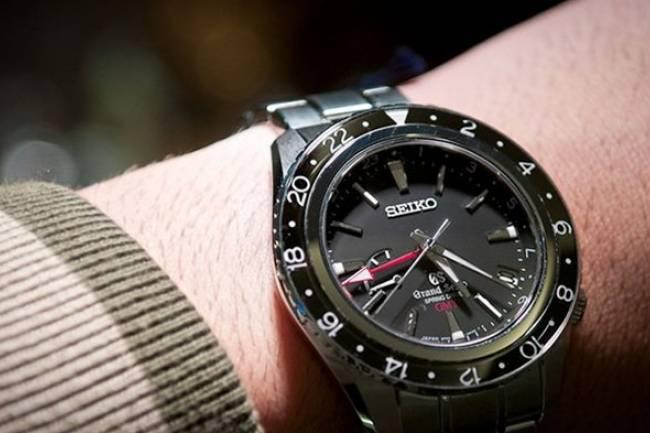 (Literasi Kelas XI) Mengapa Banyak Orang Mengenakan Arloji di Tangan Kiri?