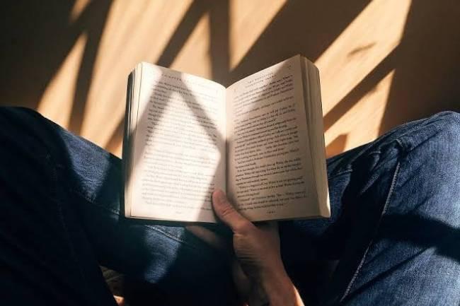 (LITERASI KELAS XI) Selain Menambah Wawasan, Ini 7 Manfaat Membaca Buku yang Kamu Perlu Tahu