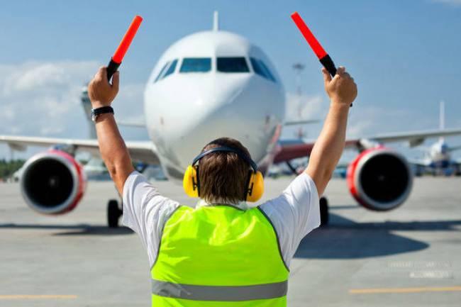 (LITERASI KELAS X) Sekilas Tugas dan Tanggung jawab Ground Crew Maskapai Penerbangan